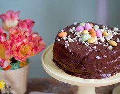 Tillpåsk vill man ju ha en riktigt festlig påsktårta att bjuda på. Testa att göra min smarriga chokladtårta med fyllning av passionsfrukt och vit choklad!