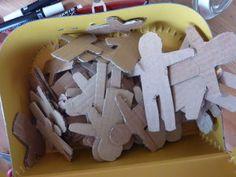 l'atelier poup�e tracas pour le projet de L'Armoire au Caf� des Enfants. les enfants et les poup�es tracas! ils �taient concentr�s, �couter la lecture de l'album Billy se bile (merci Mary!) ensuite choisir les tissus, d�couper et plier pour transformer...