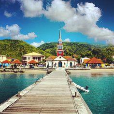 Les Anses d'Arlet au sud de la Martinique. Avec la petite église au bout du ponton, la vue est tout simplement charmante.