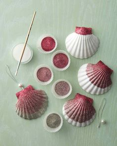 Ombre Glittered Seashell Ornaments - Martha Stewart Entertaining Crafts shells craft craft A beach christmas tree? Seashell Ornaments, Seashell Art, Seashell Crafts, Beach Crafts, Glass Ornaments, Glitter Ornaments, Diy Ornaments, Crafts With Seashells, Seashell Painting