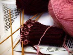 KARDEMUMMAN TALO: Ohjeet Knitted Hats, Knitting, Hair Styles, Beauty, Fashion, Hair Plait Styles, Moda, Tricot, Fashion Styles
