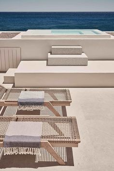 Swimming pool and deck at Istoria hotel, Santorini, Greece Design Hotel, House Design, Lobby Design, Exterior Design, Interior And Exterior, Interior Paint, Hotel Am Strand, Piscina Hotel, Mini Piscina