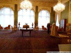 Teheran Salón de ceremonias. Algunos objetos que la adornan hijo de la era Qajar. La alfombra es impresionante. Iran, Asia, Curtains, Home Decor, Awesome, Palaces, Rugs, Objects, Pictures