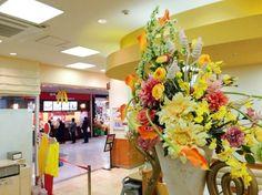 ファストフード店 店内の雰囲気に合うよう明るい色合いで装飾。
