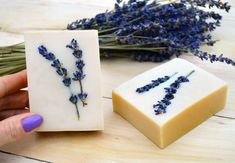 New on Lovely Greens: Recipe for Honey & Lavender soap 💜 All natural ingredients make this simple and sensitive olive oil soap. The inside is golden brown from caramelized honey and the top is embedded with lavender flowers. These compliment the natural lavender scent. Recipe and instructions via the link in my bio.