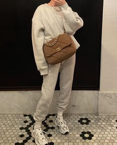 What to Wear When Going to School in Winter? Look Fashion, Fashion Outfits, Womens Fashion, Sneakers Fashion, Marie Von Behrens, Vintage Dresses, Vintage Outfits, Dress Like A Parisian, New Balance Sneakers