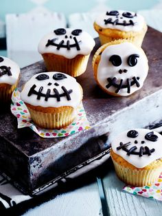 Halloween muffins - sweet recipes to scare you DELICIOUS- Halloween-Muffins – süße Rezepte zum Gruseln Buffet Halloween, Dulces Halloween, Halloween Torte, Pasteles Halloween, Dessert Halloween, Halloween Food For Party, Easy Halloween, Halloween Treats, Halloween Recipe