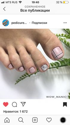The advantage of the gel is that it allows you to enjoy your French manicure for a long time. There are four different ways to make a French manicure on gel nails. Pedicure Nail Art, Pedicure Designs, Toe Nail Designs, Toe Nail Color, Toe Nail Art, Nail Colors, Pretty Toe Nails, Cute Toe Nails, Hair And Nails