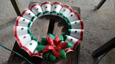 La creatividad no tiene limites, y en esa ocasión les presentamos este trabajo donde se realizan una corona navideña con vasos de platico, la fotografías nos las mandaron vía internet. Son muy fáciles de realizar y además le das un toque creativo a tu espacio.