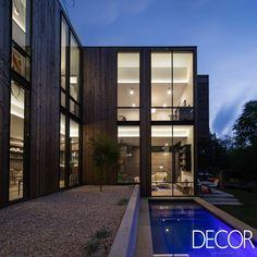 Assinada pelo Bercy Chan Studio Design + Construcion, South Fourth House se destaca por suas diversas aberturas envidraçadas que permitem contemplar o entorno.