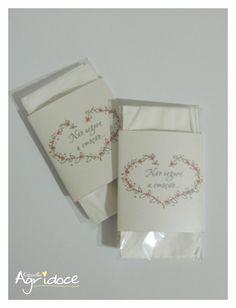 - Lencinho para distribuir no casamento. <br>- Impresso no papel met�lico branco, 180g. <br>- Cont�m: 1 saquinho, 1 lencinho, 1 r�tulo. <br>- Podemos fazer em outras cores.