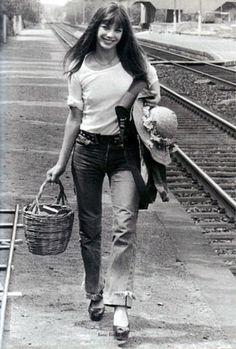 70年代の象徴的存在、ジェーンバーキン。カジュアルな自然体で注目を浴びました。どんなファッションでも籠を持ち歩き、この籠バッグからエルメスの「バーキン」が誕生しました。厚底シューズや小物、バッグ使いにもジーンズがファッション化されたことがわかります。