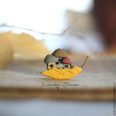 Купить Грибочки в листочке. Брошь - желтый, грибы, грибочки, брошь грибы, осенняя брошь, осень