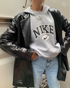 Leather jacket and grey hoodie - ChicLadies. Indie Outfits, Adrette Outfits, Cute Casual Outfits, Fashion Outfits, Blazer Outfits, Fashion Clothes, Casual Jeans, Simple Outfits, Fashion Ideas