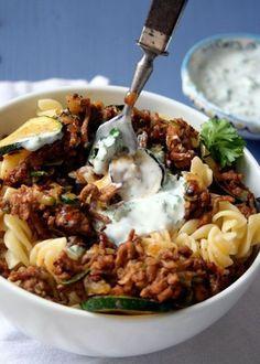 Türkische Pasta mit Hackfleisch, Zucchini und Joghurtsauce. Super einfach und lecker - kochkarussell.com