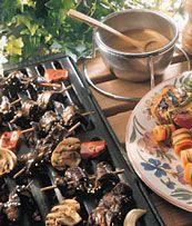 Brochettes de filet de porc au citron et au gingembre, sauce à la mangue Bbq Pork, Filets, Beef, Flat Irons, Mango Sauce, Pork, Lemon, Kitchens, Barbecue Recipes