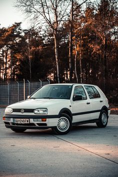 This picture shows a classic car in a creative and powerful way. The simple, yet vibrat colours make the car stand out in this image. Golf Mk3, Car Photography, Car Ins, Picture Show, Vintage Cars, Classic Cars, Composition, San, Colours