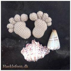 Hæklet fødder ☺️ Et par små skønne fødder ☺️ Fandt opskriften på spansk - har oversat den og deler den gerne med jer ☺️ Opskrift på fødder Fødder Opskriften er over sat fra Spansk til dansk. Bomuldsgarn Nål nr 2,5 Træspyd, fyld og... Crochet Home, Crochet Baby, Knit Crochet, Sweet Home Design, Knitted Animals, Diy Baby, Ravelry, Diy And Crafts, Tweed