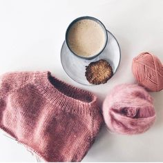 Jeg er stadig meget lun på denne smukkefarvekombination, som @linnheimtun har valgt til sin Ingen Dikkedarer Sweater  Find opskriften på www.petiteknit.com _ No Frills Sweater  @linnheimtun has chosen the most beautiful colour combination ever  Pattern in English at www.petiteknit.com ___________________________________________________ #knittersofinstagram #nevernotknitting #knitting #knit #strikk #strik #barnestrikk #børnestrik #babystrikk #strikkemamma #mammastrikk #strikkeopskri...