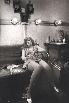 "Jim Marshall Janis Joplin, Backstage at Winterland Auditorium, San Francisco 1968 ""On stage I make love to twenty five thousand people and then I go home alone."" Janis Joplin It's hard to escape how. Acid Rock, Patti Smith, Music Icon, Pop Music, Blues Music, James Joseph, Beatles, Rock N Roll, Mundo Musical"