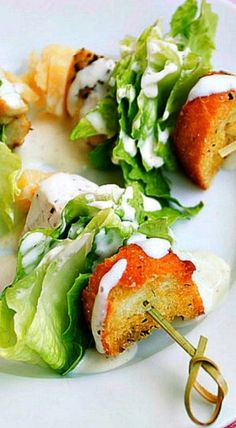 Caesar Salad on a Stick Chicken Caesar Salad on a Stick - simple yet delicious appetizer! What a neat idea!Chicken Caesar Salad on a Stick - simple yet delicious appetizer! What a neat idea! Yummy Appetizers, Appetizers For Party, Appetizer Recipes, Salad Recipes, Toothpick Appetizers, Party Canapes, Appetizers On Skewers, Canapes Ideas, Tailgate Appetizers