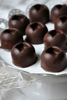 Czekoladki nadziewane żurawiną Candies, Chocolates, Pudding, Fruit, Food, Eten, Puddings, Chocolate, Brown