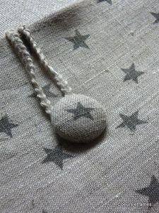 bouton recouvert avec le même tissu que le sac
