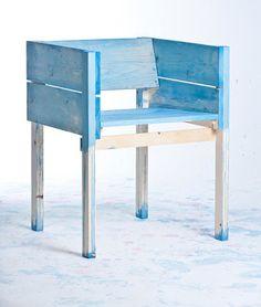El diseñador Holandés Lucas Maassen trabaja con sus hijos de 9 y 7 años para crear piezas de mobiliario que se llegan a vender entre los $700 y $3,500 USD. Aunque suene un poco como un caso para reportar a la UNICEF, Maassen mantiene su operación legal de acuerdo a las leyes holandesas que permiten que un niño trabaje 3 horas a la semana