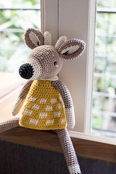 Elena Ciervo (y yo repitiéndome otra vez)/ Elena Deer (and me being me, again) How To Do Crochet, Cute Crochet, Crochet Yarn, Knitting Yarn, Crochet Toys, Crochet Mandala Pattern, Crochet Amigurumi Free Patterns, Stuffed Toys Patterns, Amigurumi Doll