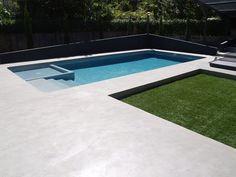 Jardín minimalista con piscina de hormigón pulido, césped artificial - Paisajismo Pia #Paisajismo #Piasajismojardines