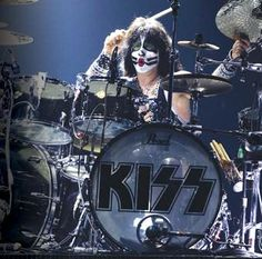 Eric Singer: Just Being Himself Since the world's most widely read drum magazine: in print, online, and the Modern Drummer app. Where the world's greatest drummer meet. Best Rock Bands, Cool Bands, Modern Drummer, Drum Magazine, Peter Criss, Kiss Art, Kiss Pictures, Best Kisses, Hot Band