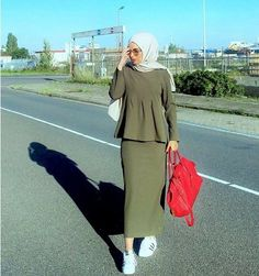 olive blouse with pencil skirt-Comfy casual hijab outfits – Just Trendy Girls Casual wear are very essential thing for every woman, which symbolizes attentiveness to the two main aspects of fashion which are style and comfort. Muslim Women Fashion, Islamic Fashion, Hijab Style, Hijab Chic, Casual Hijab Outfit, Casual Outfits, Casual Wear, Moda Hijab, Hijab Trends