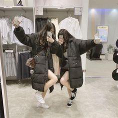 Haha I hope I make friends like this one day🌲💡 Credit: ? Ulzzang Korean Girl, Ulzzang Couple, Cute Korean Girl, Bff Goals, Best Friend Goals, Best Friend Photography, Girl Photography, Korean Best Friends, Girl Friendship
