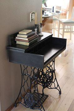 Mesa com partes de máquina de costura antiga