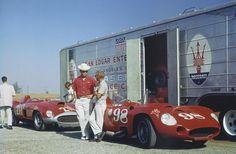 RIVERSIDE, CALIFORNIA, 1957 - El Maserati 450S (dorsal 98, chasis 4506) para Carroll Shelby y el Ferrari 410 Sport (dorsal 211, chasis 0598CM) para Richie Ginther, que está apoyado en el Maserati, posan delante del camión de transporte de su propietario, John Edgar. Éste había inscrito un tercer coche, un Maserati 300S para Bill Pollack, que se puede ver todavía en el interior del camión. (© Al Long / Weekend Heroes).