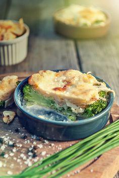 4 porce  60 minut Zdravá zeleninová pochoutka zbrambor a brokolice skvěle chutná i bez přidání masa. Smetana a sýr dodají… Salmon Burgers, Ethnic Recipes, Food, Essen, Meals, Yemek, Eten
