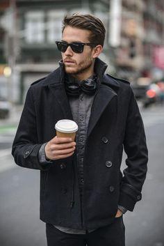 ブラックPコートに細かいチェックシャルを合わせたメンズ着こなし
