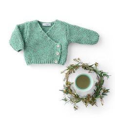 Breipatroon en haakpatroon Wikkelvest Knitting Kits, Baby Knitting, Knitting Patterns, Baby Vest, Baby Cardigan, Crochet Doll Pattern, Couture, Baby Kids, Crafts