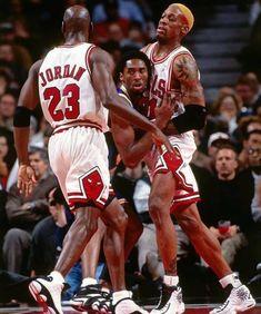 """""""Kobe aveva la stessa mentalità di Michael. Guardandolo da vicino, guardandolo vincere titoli, guardando come si comportava in campo e come pretendeva il pallone all'ultimo secondo, posso dire che aveva la stessa testa che aveva anche Jordan""""  Shaq parla di Kobe e Jordan ° ° ° #nbapassion #kobe #jordan #mj Kobe Bryant Quotes, Kobe Bryant 24, Bryant Lakers, Nba Players, Basketball Players, Nba Fights, Denis Rodman, Michael Jordan Pictures, Kobe Bryant Pictures"""