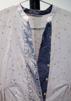 Delicate spot shirt | Indigo blue button panel | Collarless