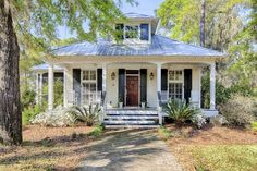 Cottage in Bluffton, S. : Take a peek at this little cottage in Bluffton, S. It recently sold (insert sad face here) but is worth taking a look at since it's just so beautiful! It's larger than the usual co… Cozy Cottage, Cottage Living, Coastal Cottage, White Cottage, Living Room, Lake Cottage, Cottage Porch, Irish Cottage, Coastal Homes