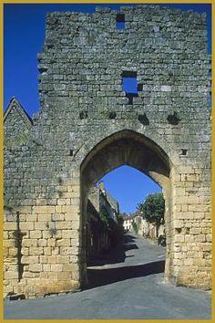 Porte Delbos, à l'entrée Sud de Domme, construite au début du XIVe siècle, c'est par là que passaient les habitants qui allaient chercher du bois dans la forêt pour leurs constructions. Photos de Domme.