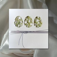 rozmiar kartki: zamknięta 152x152mm, otwarta 152x304mmm, środek 144x299mm, koperta 156x156mm. okładka kartki świątecznej: papier ozdobny, fakturowany, matowy w kolorze kremowym, 250g. Zdobiony wysrebrzona wstążeczką wraz z cięciem laserowym ażurkowych jajeczek, przez które widać wiosenne kwiaty. środek: środek: papier gładki, matowy, 120 gram w kolorze białym, z nadrukowanym motywem w kolorze zielonym. koperta: papier gładki, matowy, 100 gram w kolorze białym. sposób łączenia środka z o...