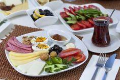 Turquia - A mesa de café da manhã turca geralmente é composta por queijo feta, azeitonas, pepino, to... - Shutterstock