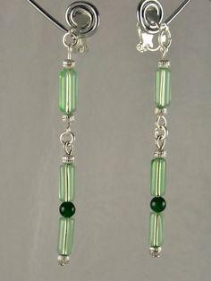Boucles d'oreilles vertes épurées en tubes de verre vert pale et petits jade verts foncés