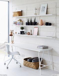 työhuone,työpöytä,valkoinen,valoisa,järjestys,työpiste,työtuoli,hylly,seinähylly,säilytys,pöytävalaisin,kupari,kori,päre,puu,vaaleat sävyt