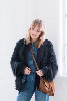 Combinaison en jean et manteau fausse fourrure I Sp4nkblog