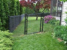 Coated chain link fence backyard wishes black chain link fen Black Chain Link Fence, Garden Ideas Diy Cheap, Plant Texture, Outdoor Projects, Outdoor Ideas, Backyard Patio, Backyard Ideas, Green Street, Dog Fence