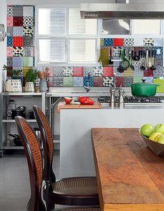 O morador Alexandre Pernet evita o acúmulo de objetos. Por isso, em sua cozinha, a arquiteta Luciana Penna não precisou projetar muitos armários, o que deu espaço à decoração incrível, com painel de azulejos