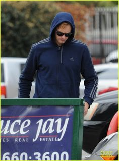 alexander skarsgard hides under a hoodie at gas station 02 Alexander Skarsgard goes incognito in a sweater while filling up his Porsche at a 76 gas station on Friday (February 7) in Los Angeles.    It was recently announced…